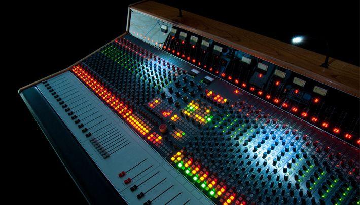 Mesa de mezclas neve 39 custom series 75 39 for Media markt mesa de mezclas